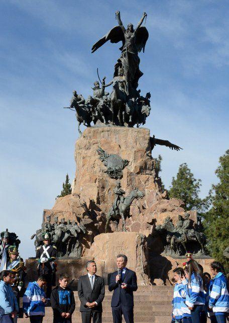 Macri junto al gobernador de Mendoza en el Cerro de La Gloria.