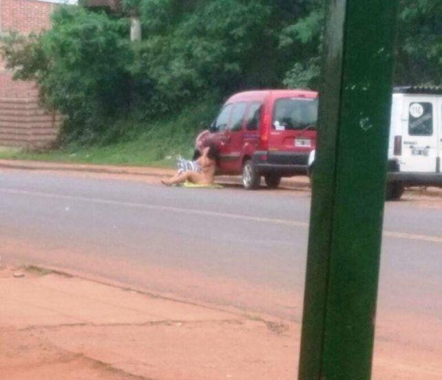 Una mujer se desnudó en el medio de la calle para retener a su novio