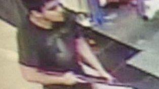 El agresor captado por las cámaras de video del centro comercial.