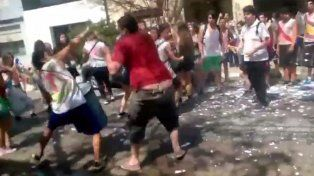 A palazos, un vecino cortó el festejo de un grupo de estudiantes