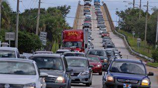 Una autopista de Merrit Island muestra a centenares de vehículos huyendo en dirección opuesta al huracán.