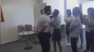 Empresa obliga a las empleadas a besar en la boca a su jefe cada mañana