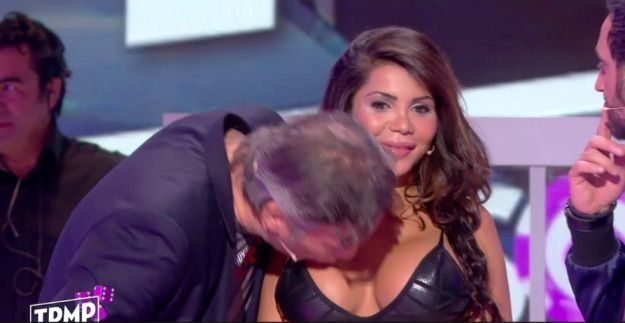 Conductor besó en el pecho a una participante y fue denunciado