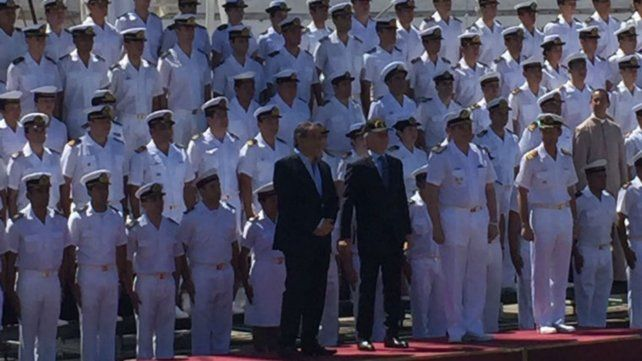 Macri se calzó la gorra oficial de la Fragata Libertad.