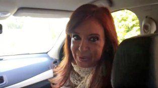 La expresidenta Cristina Fernández de Kirchner grabó en video su salida para ir al juzgado federal de Río Gallegos.