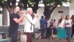 El cantante Sergio Denis cantó para los internos alojados en la Unidad Penitenciaria Nº 3..