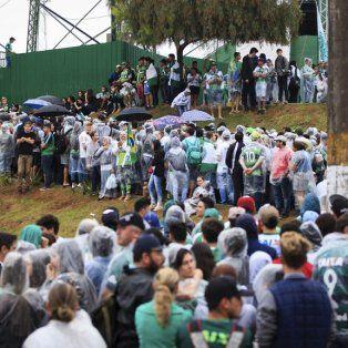 bajo un diluvio llegaron los cuerpos a chapeco y el cortejo funebre se dirige al estadio