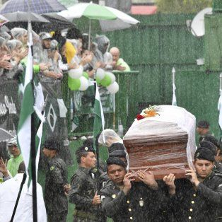 Aplausos, llanto y dolor en la despedida a las víctimas en el estadio de Chapecoense