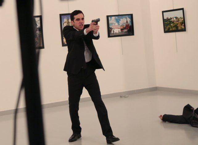 Un nuevo video muestra el momento en el que asesinan a balazos al embajador ruso en Turquía
