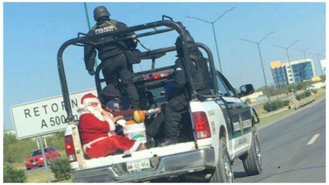 La foto de hombre vestido como Papá Noel que fue detenido por la policía se viralizó en Facebook.
