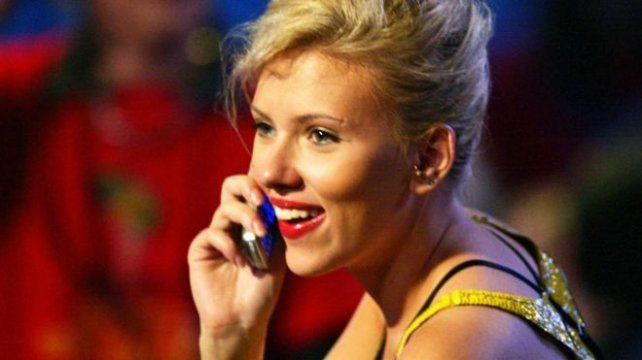 La actriz Scarlett Johansson ha sido vista con un teléfono de tapa.
