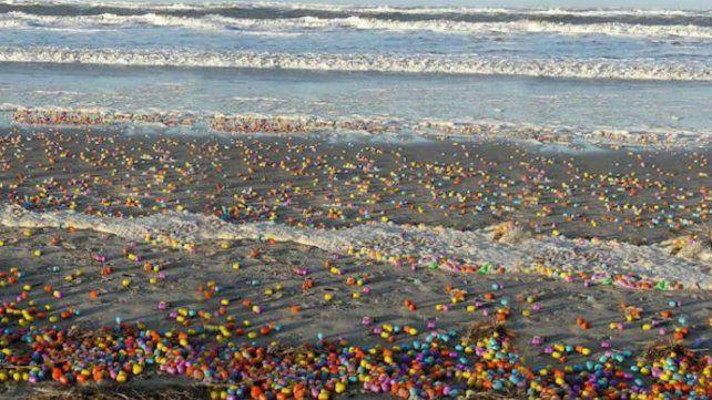 Sorpresa en una playa alemana al llenarse de huevos Kinder
