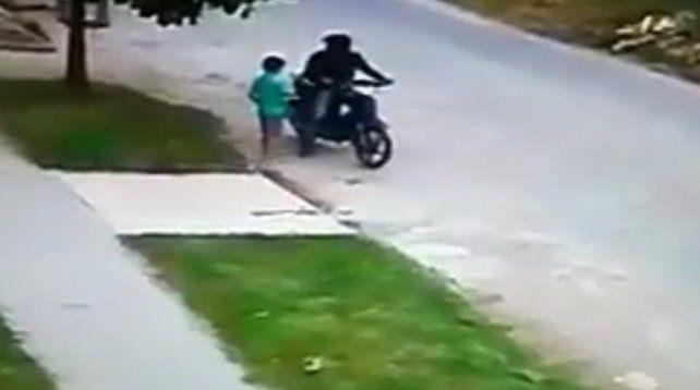 Un motochorro le robó la plata a un nene que iba a hacer las compras