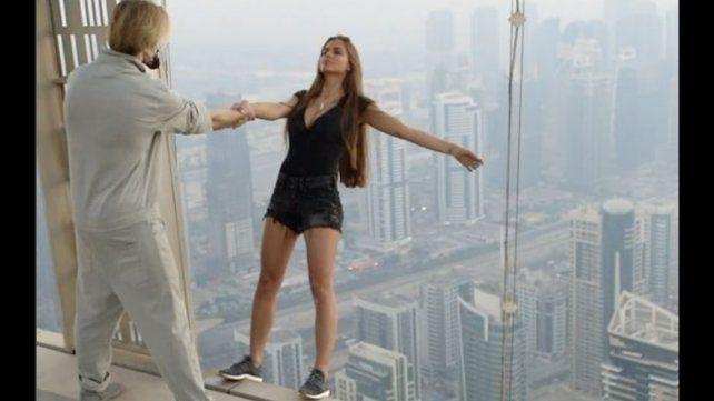 Una modelo le puso el cuerpo a una riesgosa sesión de fotos desde un rascacielos