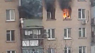 Una mujer saltó de un octavo piso para escapar de una voraz incendio