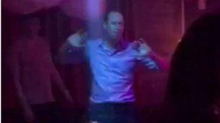 Escándalo en el Reino Unido por las imágenes del príncipe William de fiesta en un club nocturno
