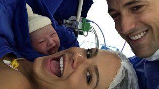 La sonrisa de una bebé recién nacida cautiva a las redes sociales.