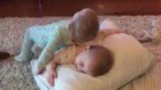 dos gemelas conmocionan facebook con su tierna imitacion de los personajes de frozen