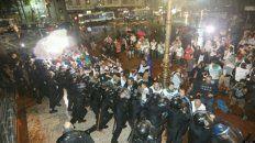 frente a frente. La policía avanzó sobre los docentes que se habían apostado en la Plaza del Congreso para amplificar sus reclamos.