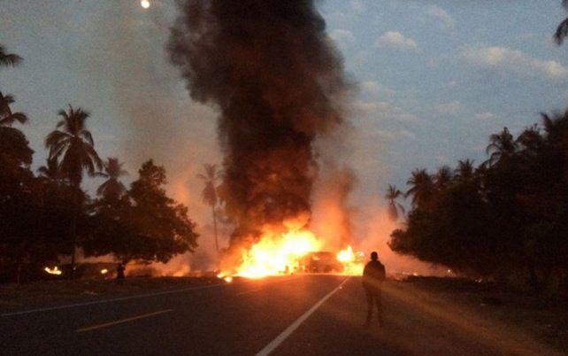 El camión que circulaba por una autopista del estado de Guerrero transportaba 40 mil litros de combustible.