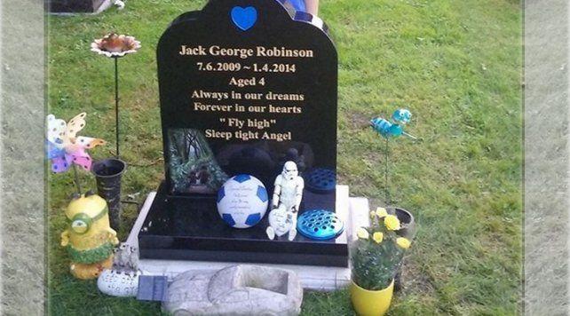 Fue a visitar la tumba de su hijo y recibió la más inesperada de las señales