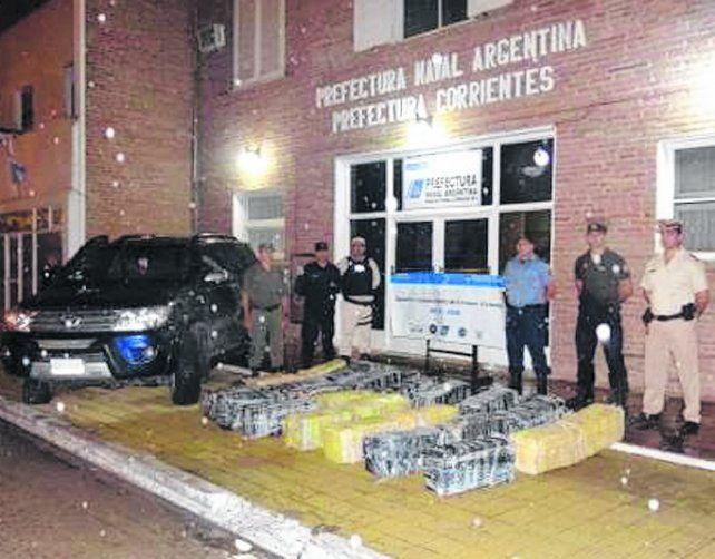 exposicion. Con toda la droga en el frente de Prefectura Corrientes.