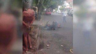 Imagen del adolescente desnudo y maniatado a un poste.