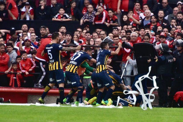 Los jugadores del Central festejan el gol de Carrizo.