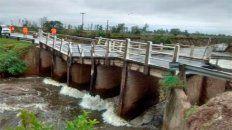 la crecida de un arroyo provoco la caida de un puente sobre la ruta 12 en corrientes