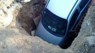 El auto terminó literalmente incrustado en un pozo.