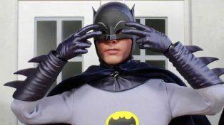 A los 88 años falleció Adam West, el actor que personificó a Batman en la televisión