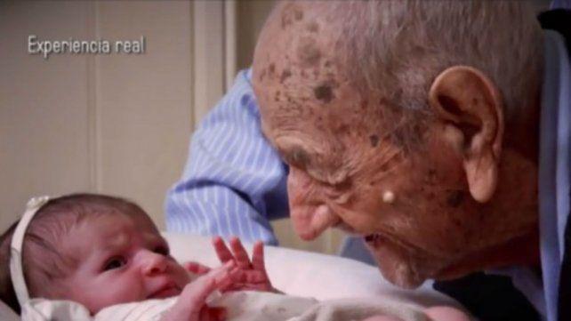 Las palabras de un anciano de 112 años a un recién nacido son furor en las redes