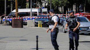 Alerta en París por un auto que chocó a un patrullero y luego estalló en Champs Elysées