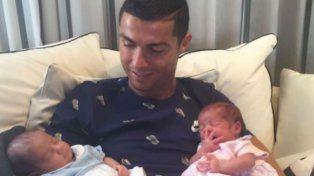 El jugador portugués mostró a sus mellizos en las redes sociales.