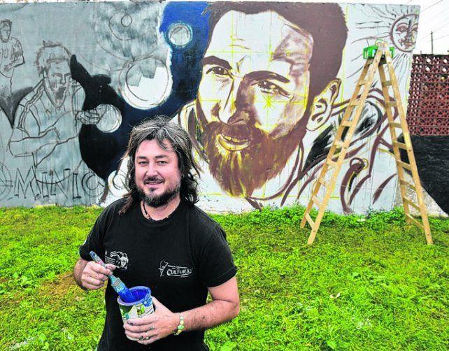encargo de amigos. El artista Lisandro Urteaga realiza un mural en el barrio.