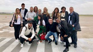 Las estrellas de Barcelona y sus esposas se tomaron una selfie apenas pisaron Rosario.