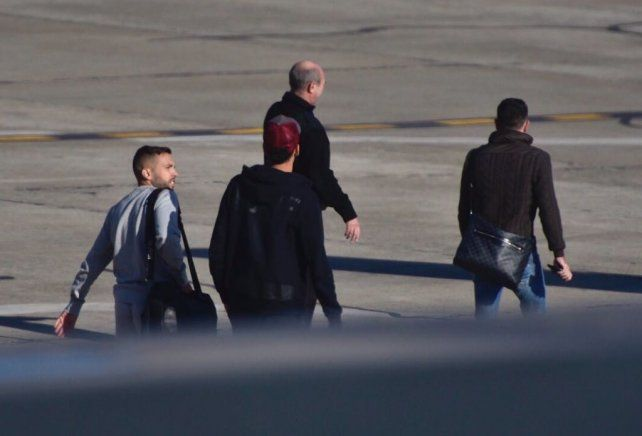 Xavi Hernández avanza primero hacia el avión. Lo siguen Jordi Alba y Sergio Busquet. El aeropuerto estuvo operable después de las 9.