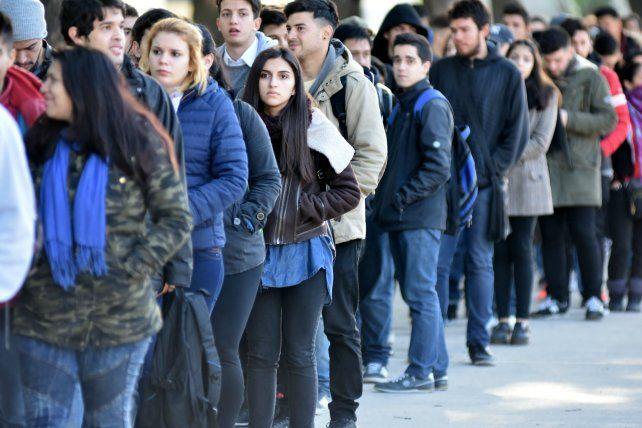 En negro. Los jóvenes también son los más afectados por el trabajo informal.