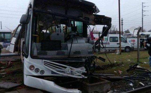 Dos muertos y 14 heridos por un choque entre un tren y un colectivo en Mariano Acosta
