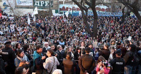 Una multitud esperó el fallo fuera de los Tribunales.