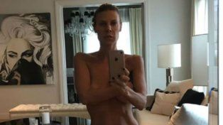 Karen Reichardt sorprendió con un topless caliente que dejó ver su silueta a los 48 años