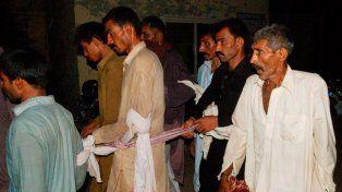 La Policía de Pakistán junto a miembros del consejo de sabios.