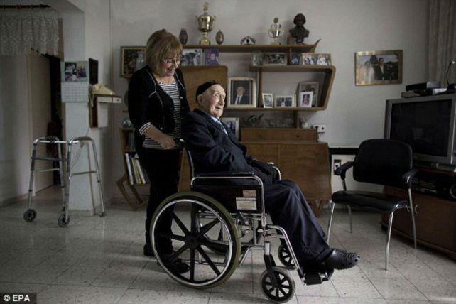 Centenario. Israel Kristal es paseado por su hija en una foto del año pasado.