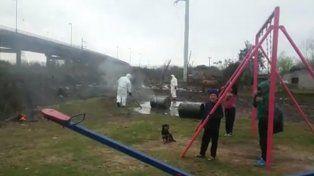 Vecinos denunciaron que desconocidos arrojaron residuos tóxicos en una plaza donde jugaban chicos