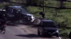 un video registra como un movil policial embiste a un motoquero que escapo de un control