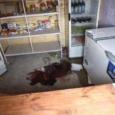 Rastro. Una mancha de sangre oscura quedó en el piso, detrás del mostrador donde cayó muerta Débora.