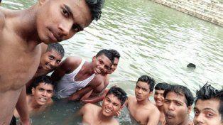 Se tomaron una selfie en un lugar prohibido y quedó registrado cuando uno se ahogaba