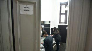 Inauguran en una escuela pública de Rosario el primer baño mixto del país
