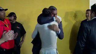 El fuerte abrazo entre Chiqui Tapia y Messi, y el saludo que esquivó a Angelici