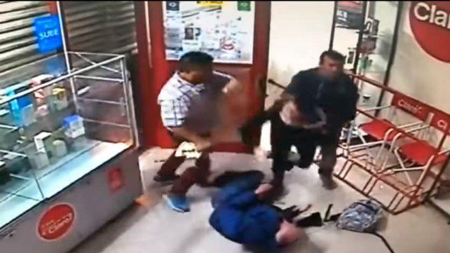 Un asalto violento quedó grabado por las cámaras de seguridad de un comercio